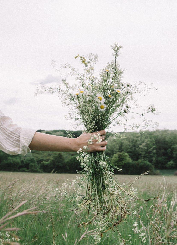 mano con ramo de flores