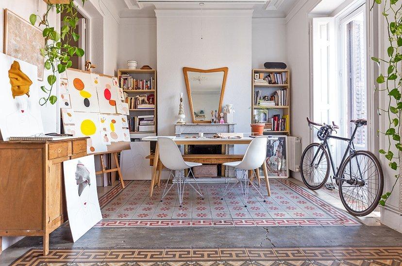 casa con bicicleta y cuadros