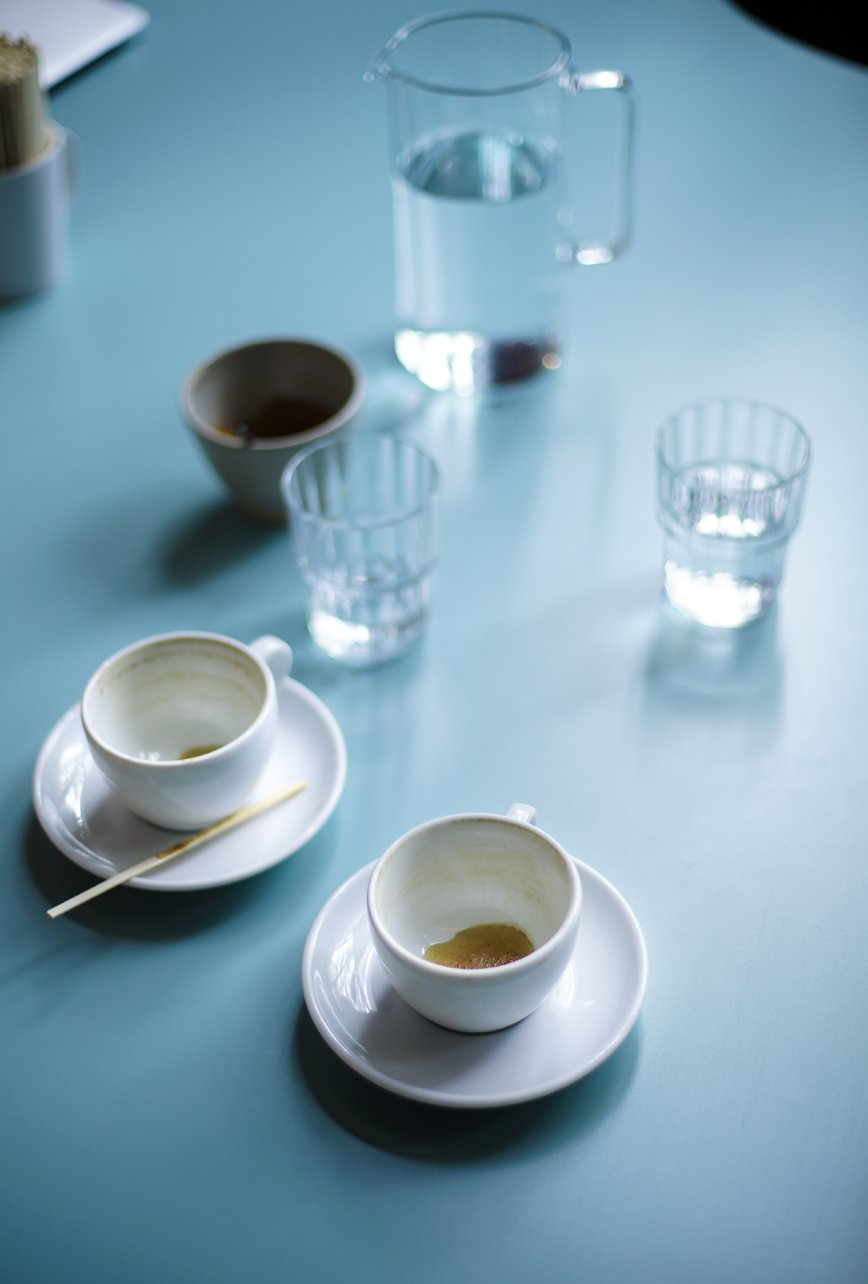 mesa con tazas y vasos de cristal