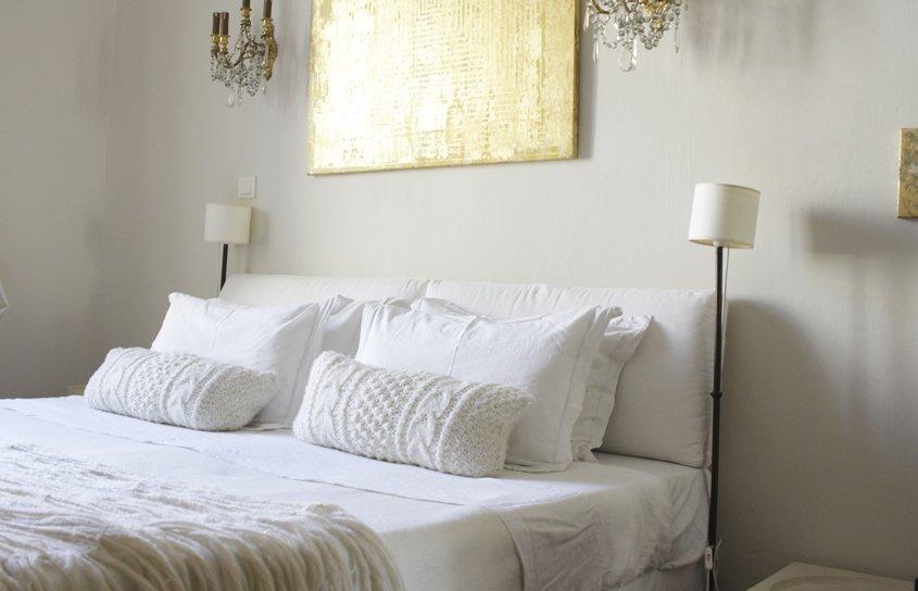 cama en habitación de hotel
