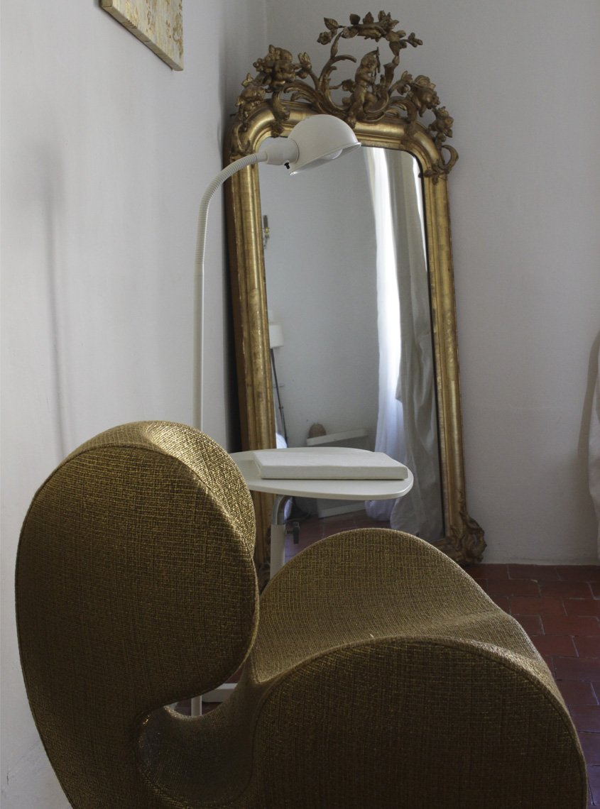 sillón y espejo en dormitorio