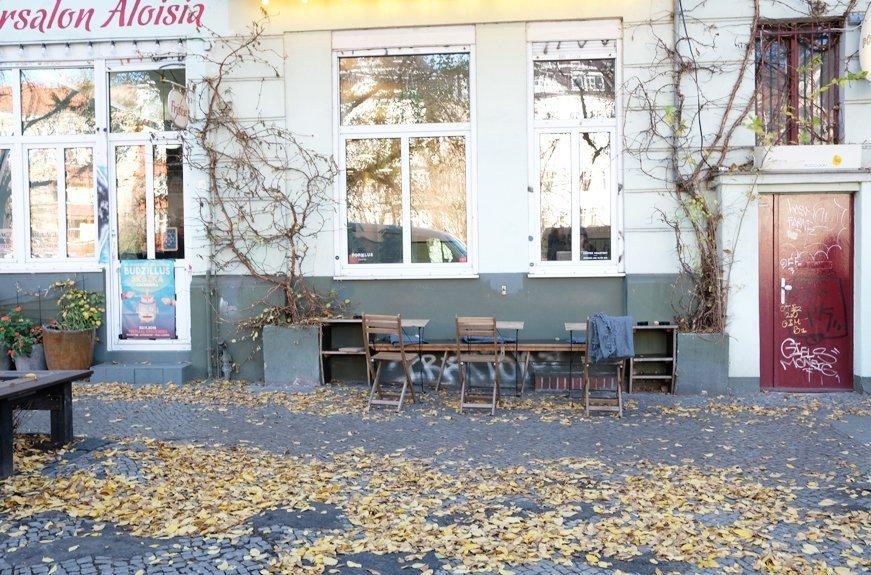 sillas en café de ciudad