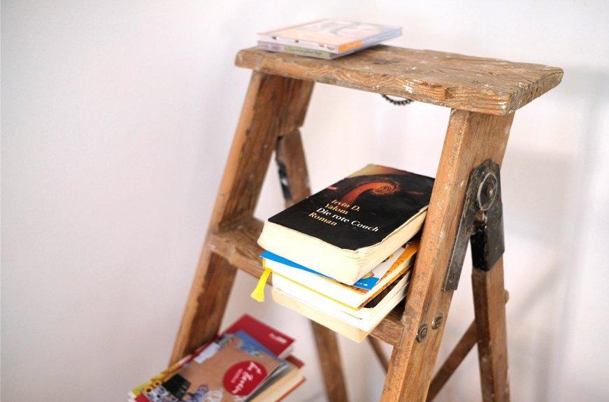 escalera con libros