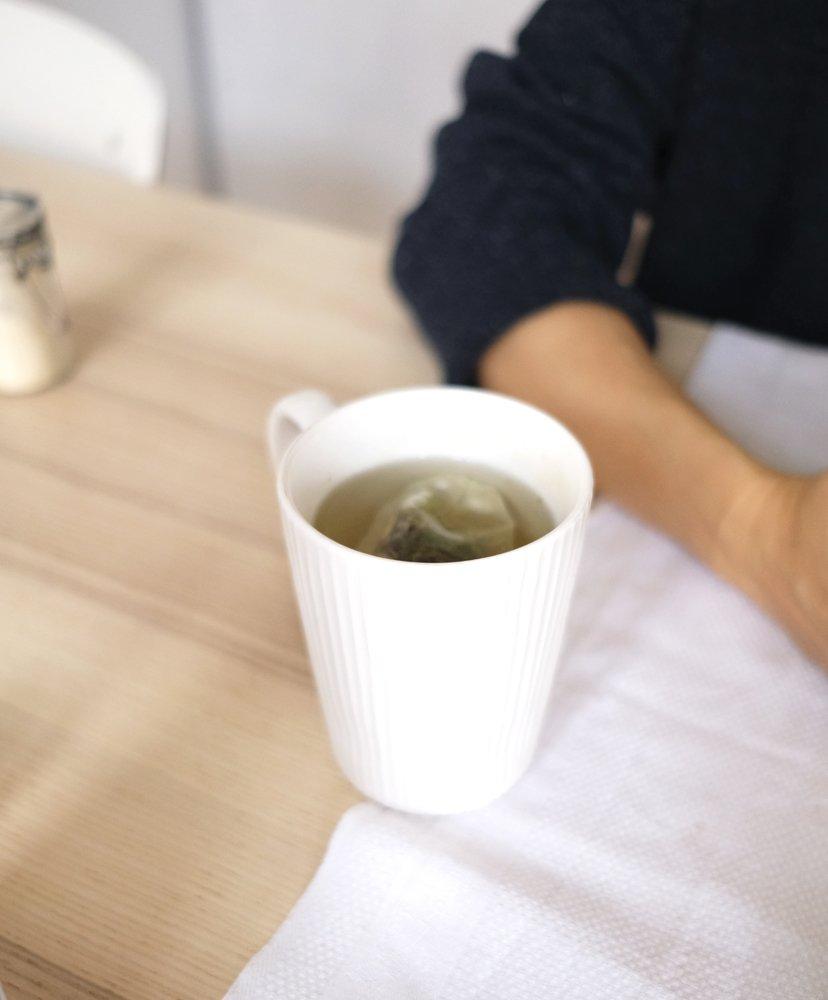 chica tomando taza de té