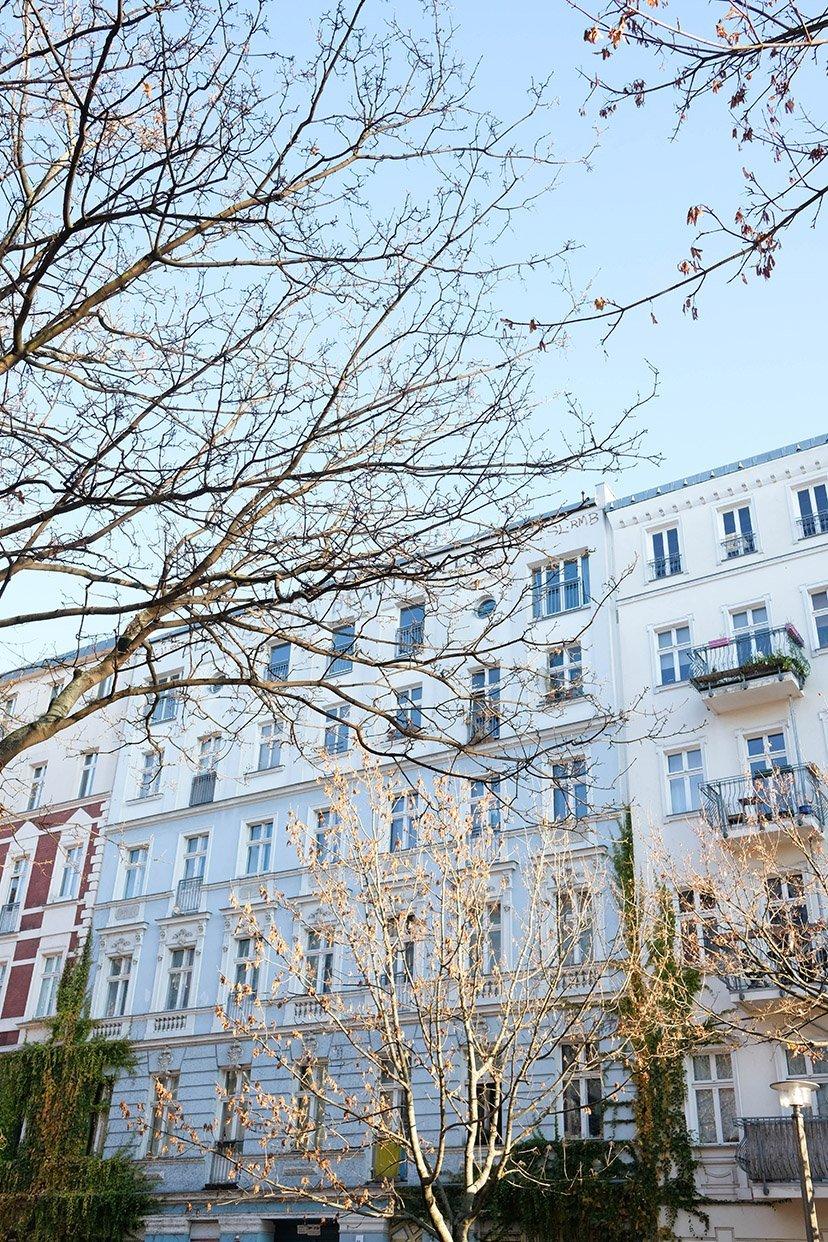 edificios y cielo azul