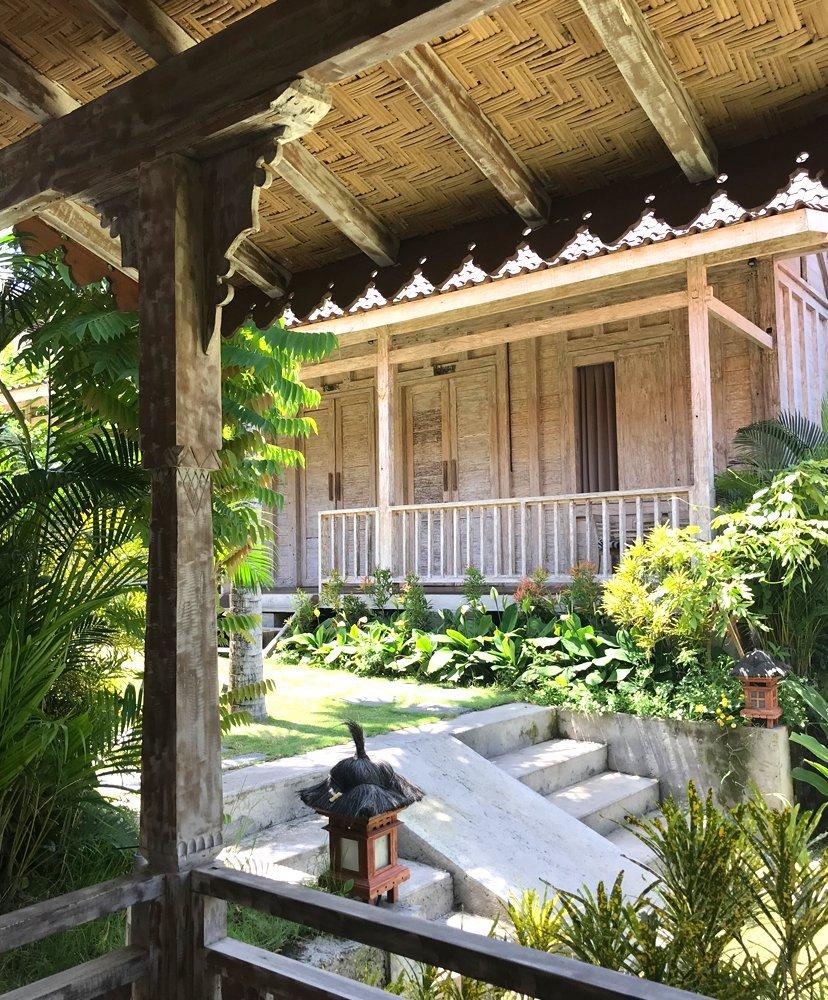 cabaña y jardín