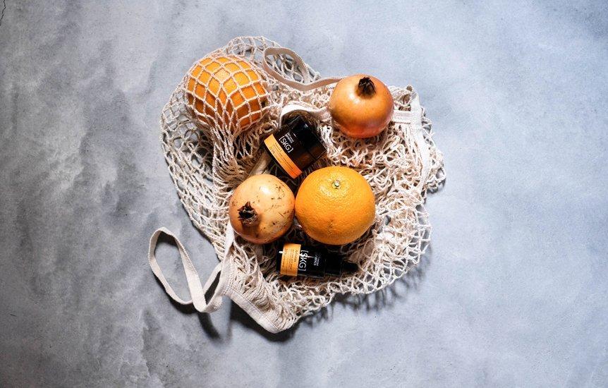 frutas y frascos de crema en bolsa rejilla