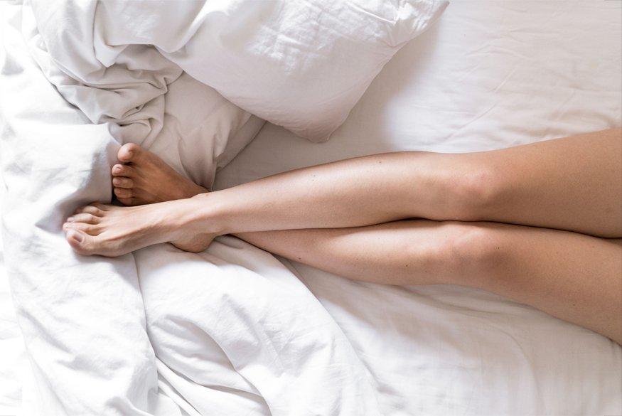 piernas chica sobre cama