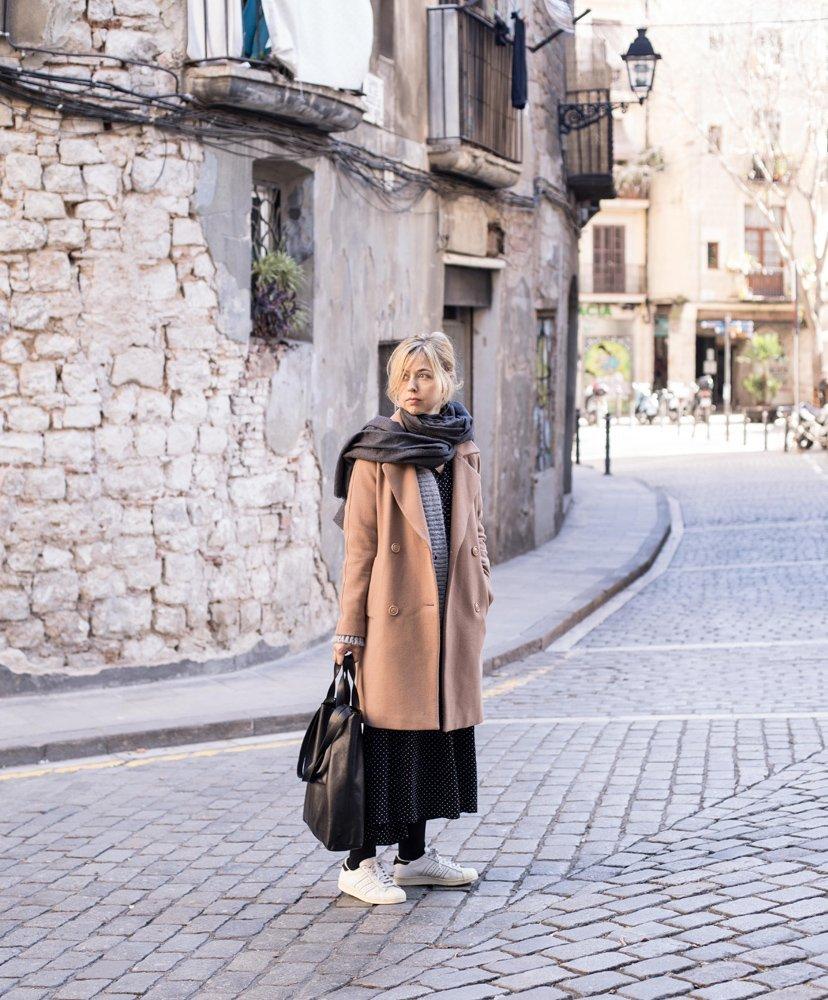 chica caminando por la ciudad