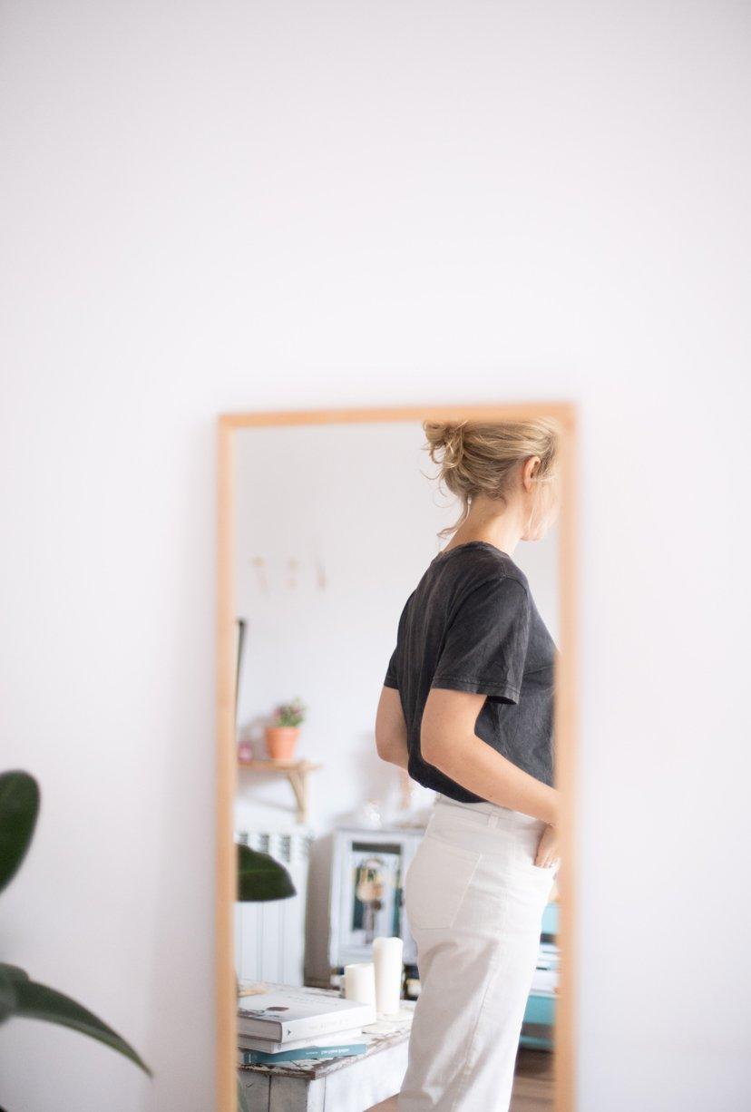 chica de espaldas espejo