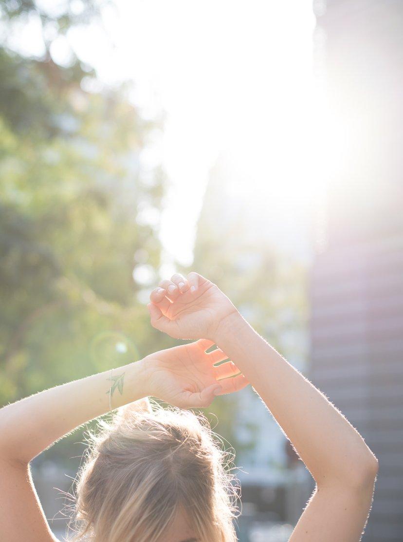 manos chica en el aire