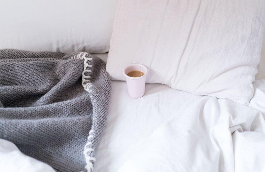 cuidarme cama con taza café