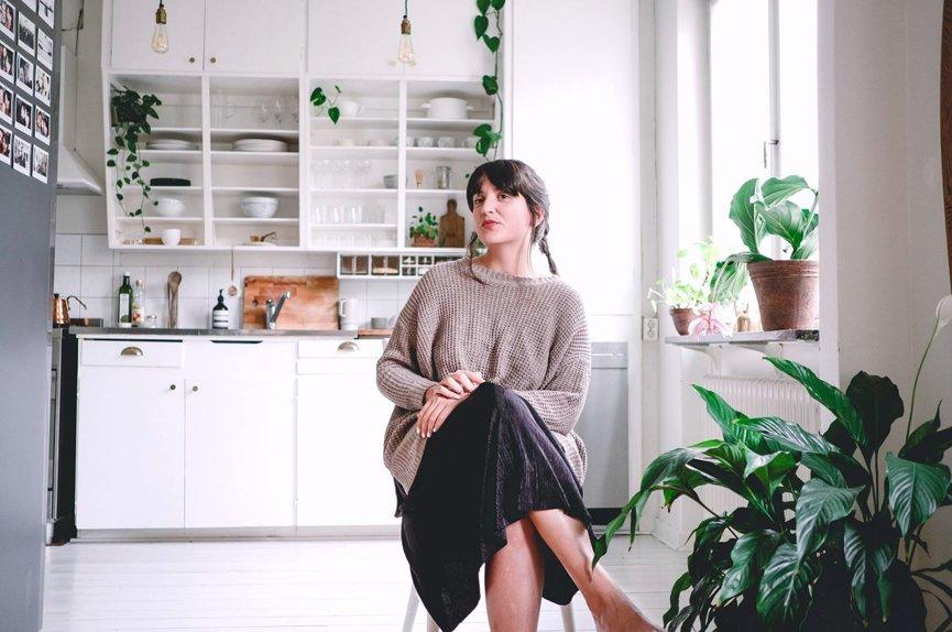 retrato de chica en su casa