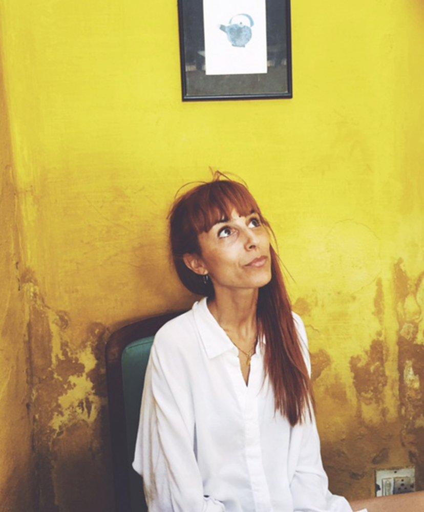 retrato de chica en fondo amarillo