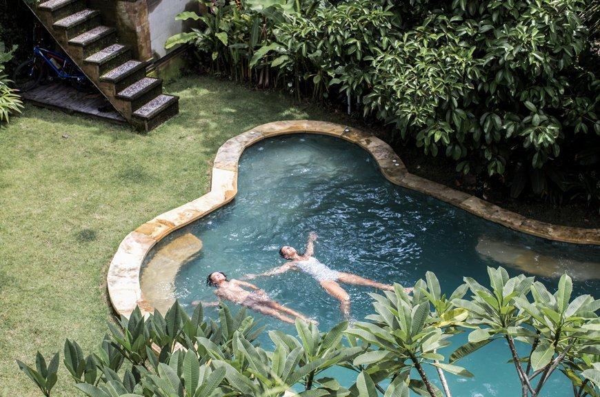 mama y niño en piscina