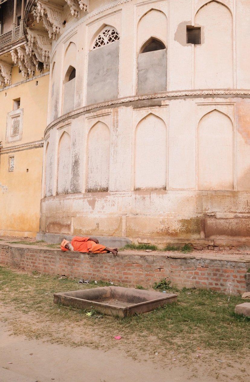 señor indio durmiendo en suelo