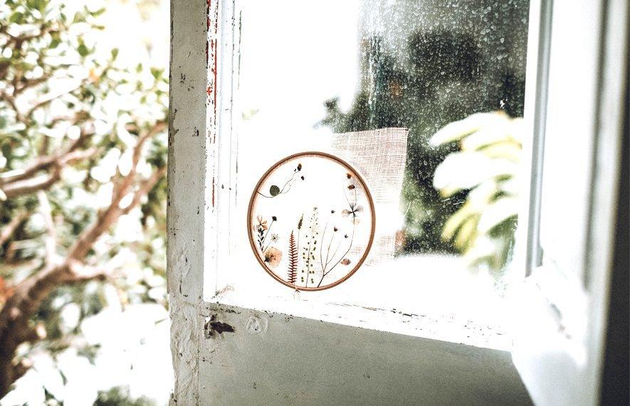 ventana con tapiz y flores